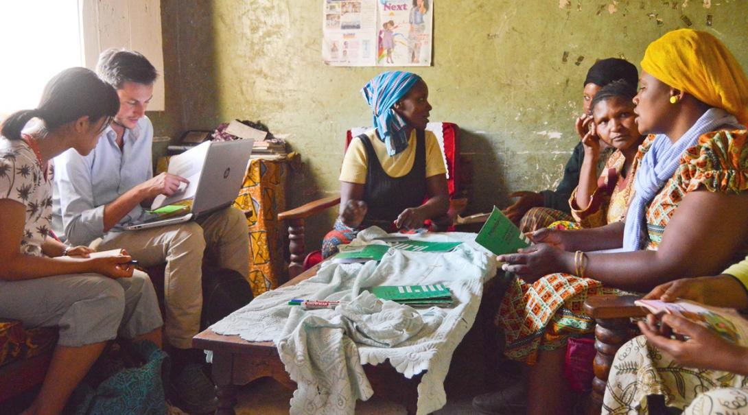 タンザニアの現地人女性たちにビジネス指導を行う日本人とオランダ人マイクロファイナンスインターン